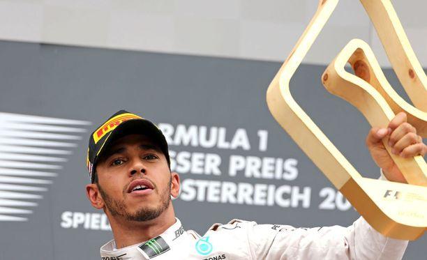 Lewis Hamilton juhli Itävallan osakilpailun voittoa dramaattisen viimeisen kierroksen jälkeen.