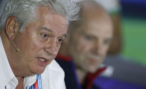 Pat Symonds kertoi, että F1-pomot ovat pohtineet lähtöruudukkoa, jossa olisi neljä autoa rinnakkain.
