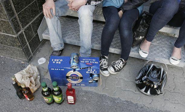 Poliisi haastaa vanhemmat avoimeen keskusteluun alaikäisten lastensa kanssa alkoholin käytöstä.