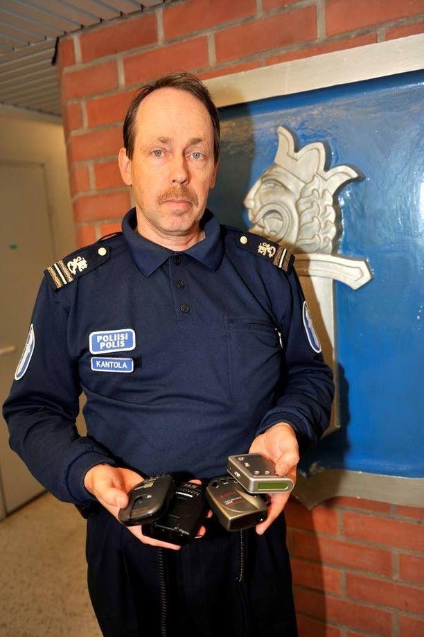 Komisario Ilkka Kantola esittää, että kaaharit saisivat ajaa vain ajoneuvoa, jossa olisi nopeudenrajoitin.