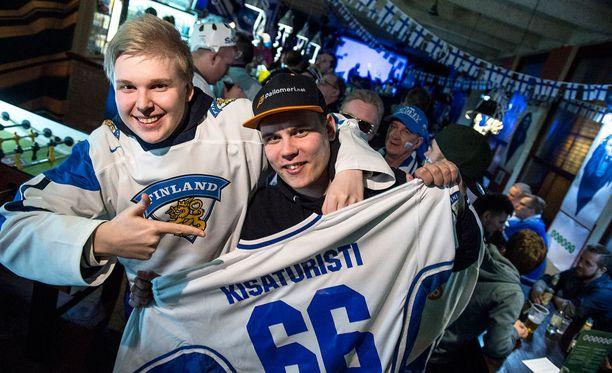 Kisaturistit Tatu Virtanen (vas.) ja Niko Fernström nauttivat Leijonaluolan tunnelmasta vuosi sitten Ostravassa.