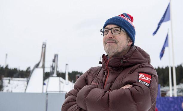 Italian takavuosien mestarihiihtäjä Silvano Barco toivottaa hiihdon lilliputtimaiden urheilijat tervetulleiksi MM-kisoihin.