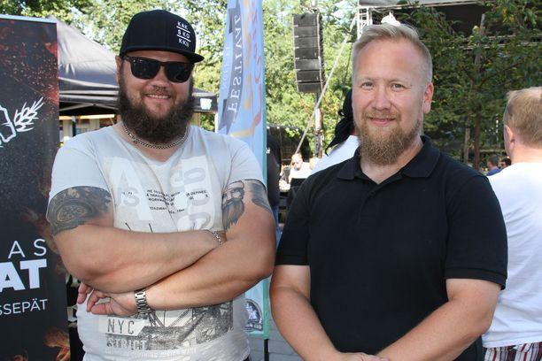 Teersalon rannan yrittäjät Lauri Haukka ja Henri Väisänen ottavat tänä kesänä kontolleen saariston paskimman sataman arvonimen.