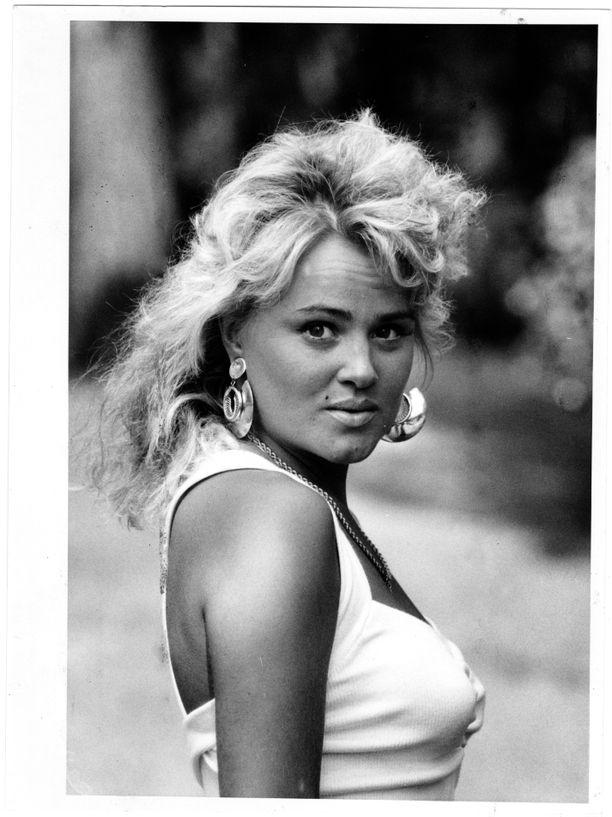 Kikka nousi tähteyteen vuonna 1989 pikkutuhmasti sanoitetulla kappaleella Mä haluun viihdyttää.