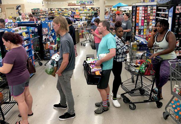 Pohjois-Carolinan Durhamissa ihmiset jonottivat marketissa. Hyllyt ovat tyhjentyneet useissa kaupungeissa USA:n itärannikolla.