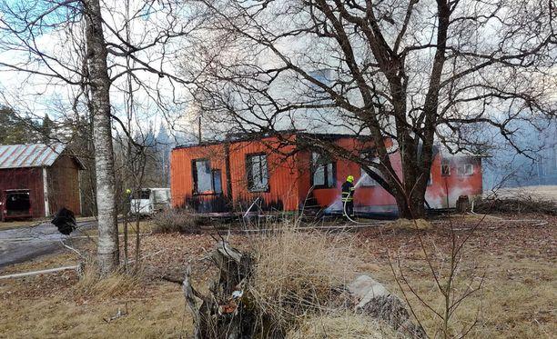 Noin 20 metrin päässä palaneesta omakotitalosta on navettarakennus, mutta tuli ei ehtinyt levitä siihen.