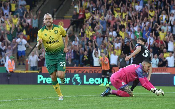 Teemu Pukki tuulettaa 3-1-maaliaan Manchester Cityä vastaan.