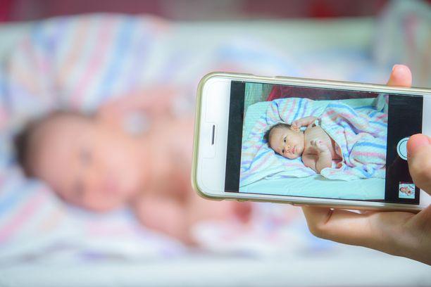 Esimerkiksi sektiolla syntyvän lapsen isä näkee vauvansa ensimmäistä kertaa kännykän ruudulta.