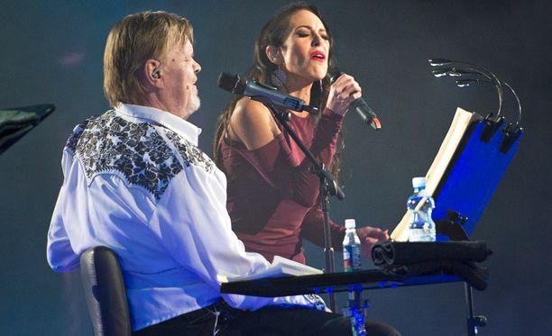 Janna Hurmerinta esitti Veskun kanssa Soi vienosti murheeni soitto -kappaleen.