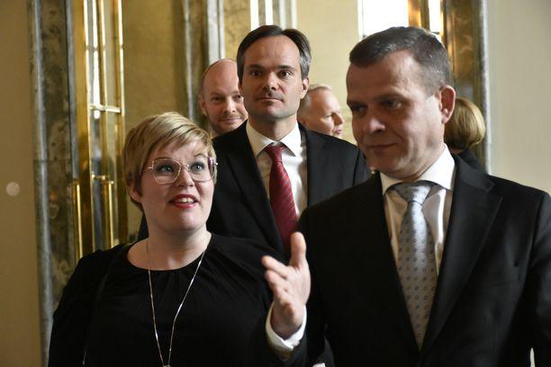 Annika Saarikko (vas.) yrittää ryhtyä keskustassa kuninkaantekijäksi. Häneltä löytyy todennäköisesti useita motiiveja.