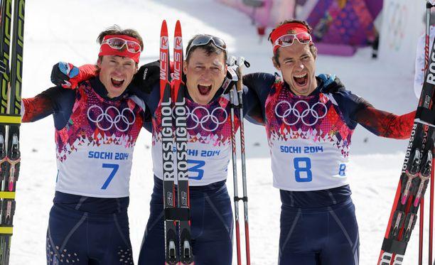 Sotshin olympialaisissa 50 kilometrin kilpailu päättyi venäläisten kolmoisvoittoon. Aleksandr Legkov (keskellä) voitti kultaa, Maksim Vylegzhanin (vasemmalla) hopeaa ja Ilja Tsernousov pronssia. Kukaan heistä ei saanut osallistua Pyeongchangin kisoihin.
