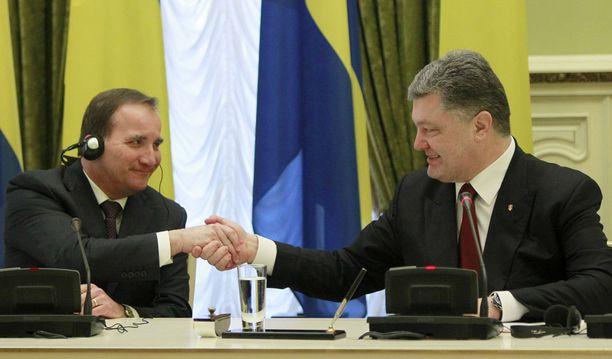 Ruotsin pääministeri Stefan Lofven ja Ukrainan presidentti Petro Poroshenko kättelivät keskiviikkona.