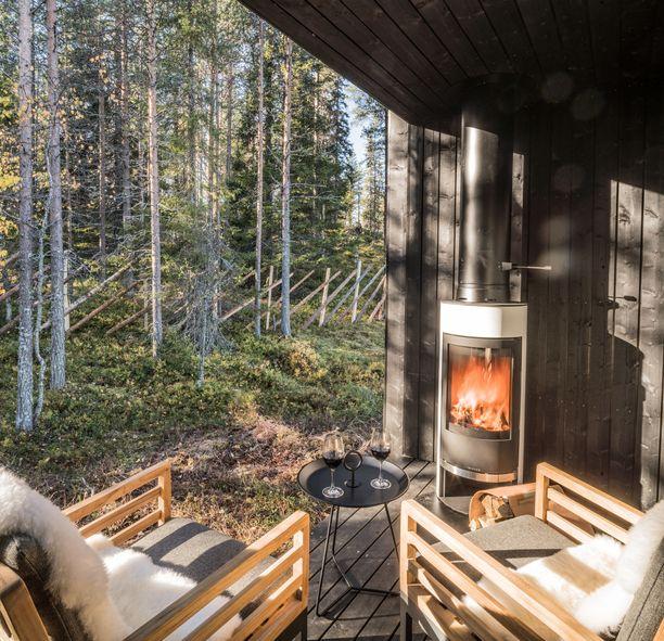 Arctic Scene -luksussviitin terassilla voi nauttia luonnosta ja takkatulesta.