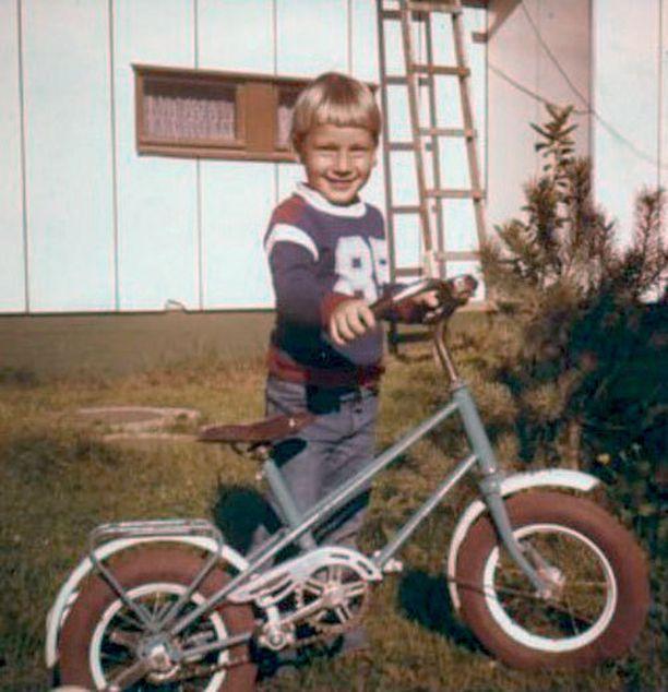 Jarkko-poika ja uusi polkupyörä. Tuolloin hymy oli vielä leveä.