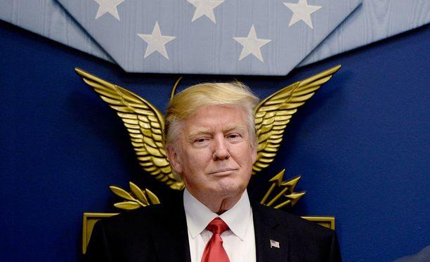 Presidentti Donald Trump allekirjoitti joukon asetuksia Pentagonissa perjantaina.