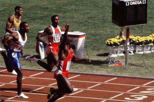 Ben Johnson tuuletti olympiakultaa Soulissa 1988. Carl Lewis ja Linford Christie nousivat kuitenkin dopingtestien jälkeen kirkkaimmille mitaleille.