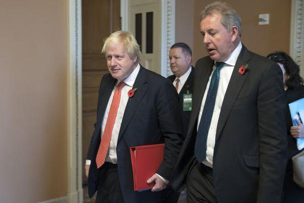 Britannian ulkoministeri Boris Johnson (vas.) oli suurlähettiläs Kim Darrochin (oik.) kanssa Washingtonissa 2017.
