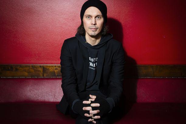 Laulaja Ville Valo kiersi HIM-yhtyeen kanssa ympäri maailmaa lähes parikymmentä vuotta.