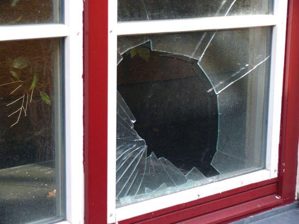 Sisälle vanhaan mutta kunnostettuun omakotitaloon murtomies pääsi rikkomalla olohuoneen ikkunan. Kuvituskuva.