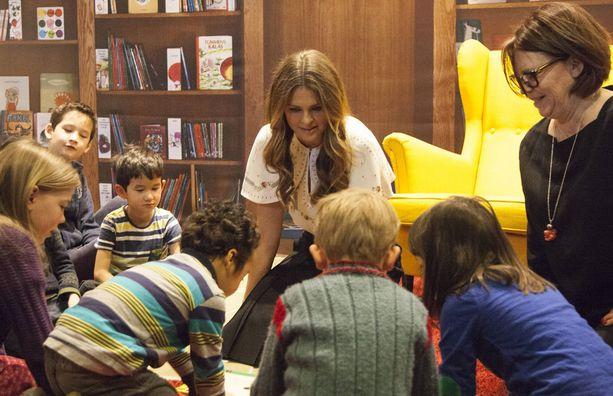 Lapset ympäröivät prinsessan.