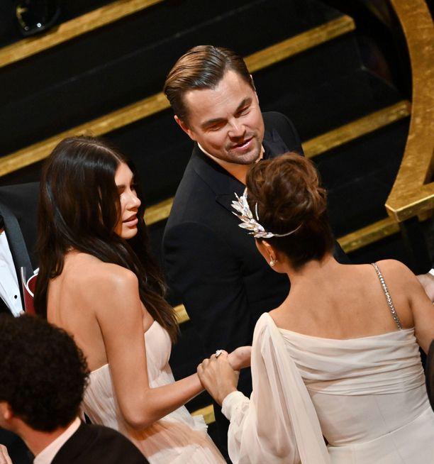Camila Morrone ja Leonardo DiCaprio juttelivat näyttelijä Salma Hayekin kanssa gaalassa.