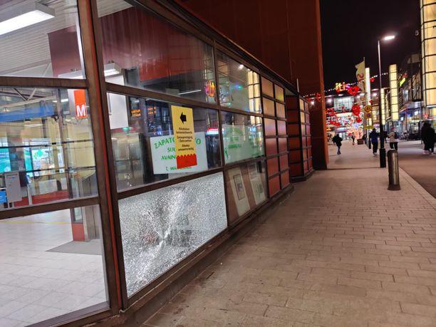 Hajonnut ikkuna Itäkeskuksen metroasemalla joulukuun 27. päivän jälkeen.