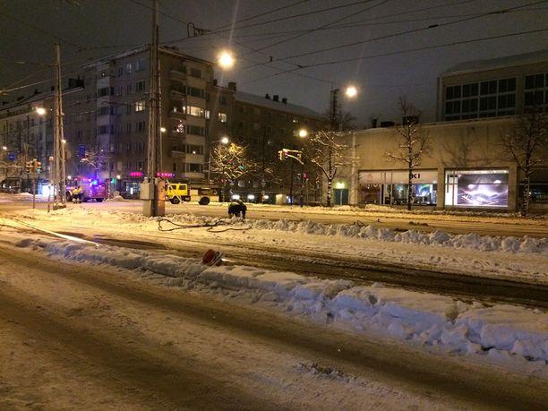Kuvassa raitiovaunujen romahtaneita ajolinjoja korjataan myöhään keskiviikkoiltana takaisin kuntoon Kisahallin kohdalla Helsingin Töölössä.