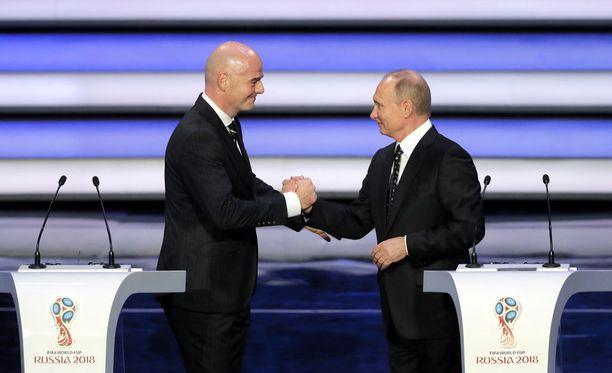 Fifan puheenjohtaja Giovanni Infantino ja Venäjän presidentti Vladimir Putin kättelivät perjantaina, kun ensi kesän MM-kisojen lohkot arvottiin Moskovassa.