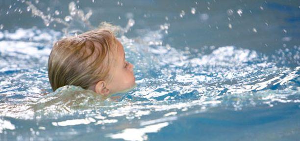 Uimataidotonta lasta ei saa päästää veteen yksin.