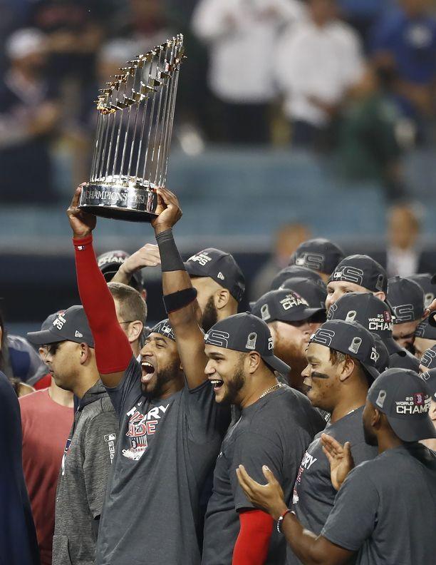 Boston Red Sox pääsi nostelemaan mestaruuspokaalia Los Angelesissa.