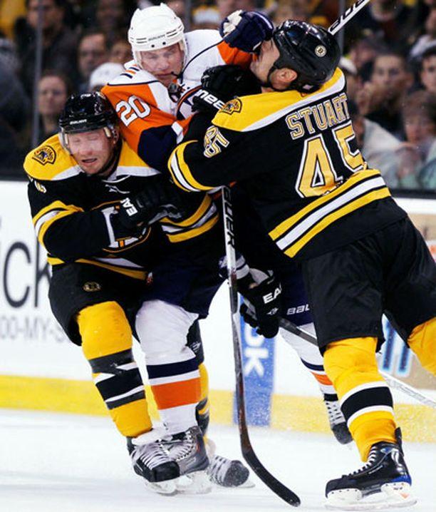 Sean Bergenheimista tuli sämpylän täytettä Bruins-pelaajien käsittelyssä.