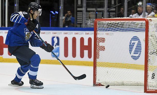 Sebastian Aho sai viimeistellä hattutemppunsa tyhjään USA:n maaliin. Samalla hän palasi MM-kisojen pistepörssin kärkeen.
