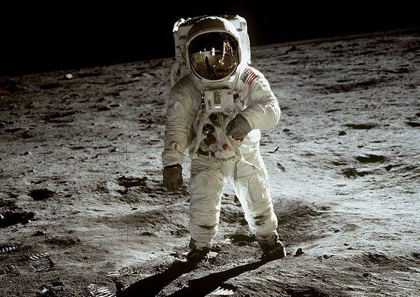 Buzz Aldrin astelee Rauhallisuuden meressä Kuussa 22.7.1969. Hän oli toinen ihminen, joka astui Kuun pinnalle.