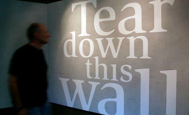 Presidentti Ronald Reaganin kuuluisa haaste esillä Berliiniläisessä museossa.