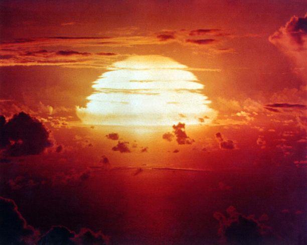 1. maaliskuuta 1954 Bikini-atollilla räjäytettiin ensimmäinen uudentyyppinen vetypommi, jonka suuri räjähdysvoima yllätti tiedemiehet täysin.