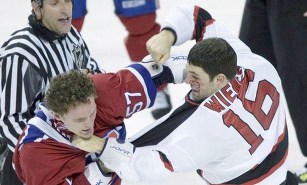 Montrealin Garth Murry ja New Jerseyn Jason Wiemer ottivat yhteen Montrealin 3-4-tappioon päättyneessä ottelussa.
