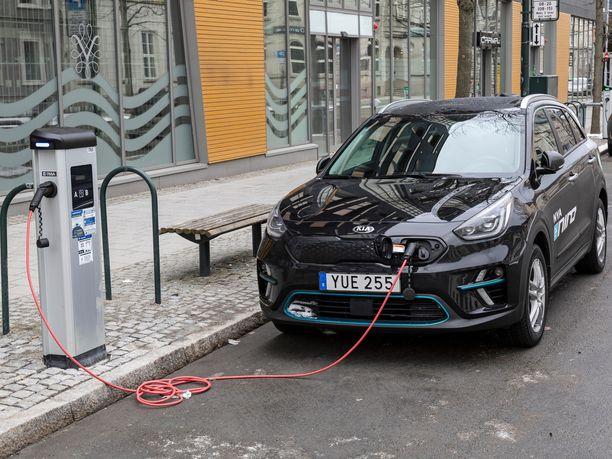 Sähköautojen hinta laskee akkujen halpenemisen myötä. Kuva sähköautoilun edelläkävijämaasta Norjasta.