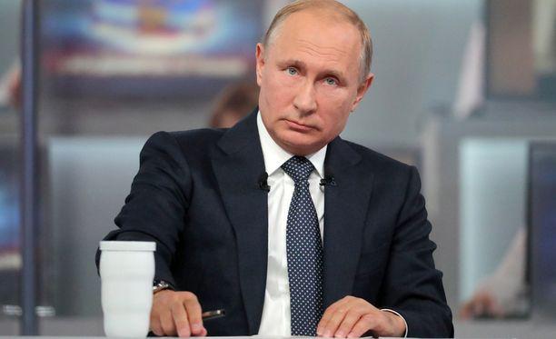 Vladimir Putin kuunteli ja vastaili venäläisten kysymyksiin Suora linja -ohjelmassa.