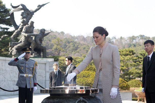 Victoria sytytti myös suitsukkeen hautausmaalla.