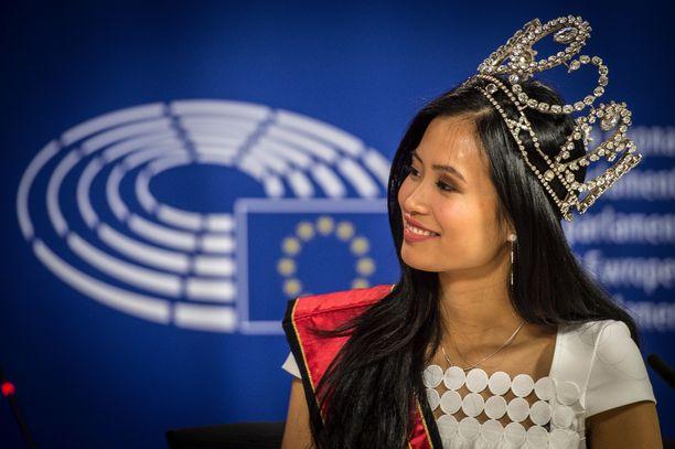 Miss Belgian velvollisuuksia. Angeline Flor Pua vierailulla Euroopan parlamentin päämajassa Brysselissä.