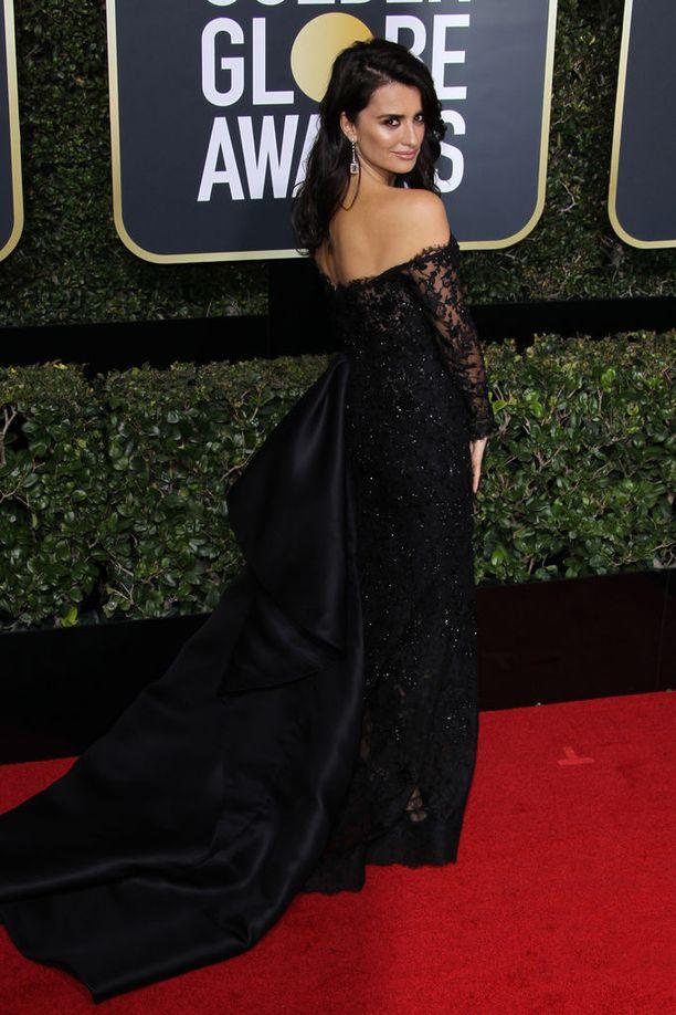 Penelope Cruzin kaunis pitsipuku pukee näyttelijätärtä.