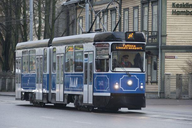 Suomalaiset matkustavat Tallinnassa ilman matkalippua.