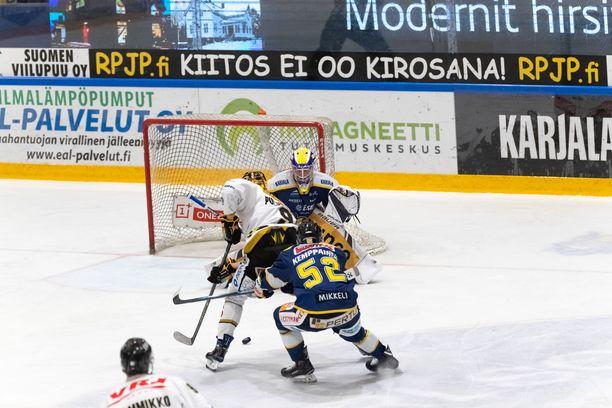 Jesse Puljujärvi (valkoisessa) ohitti Jukurien maalivahdin Sami Rajaniemen kerran perjantai-iltana