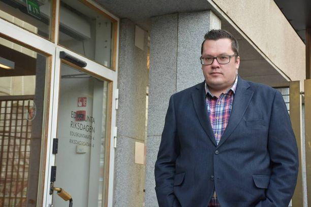 Juha Kurvinen ja 13 muuta mielenterveyspotilasta tapasivat Li Anderssonin eduskunnassa. Yhdessä he vaativat parannuksia mielenterveyspotilaiden asemaan.