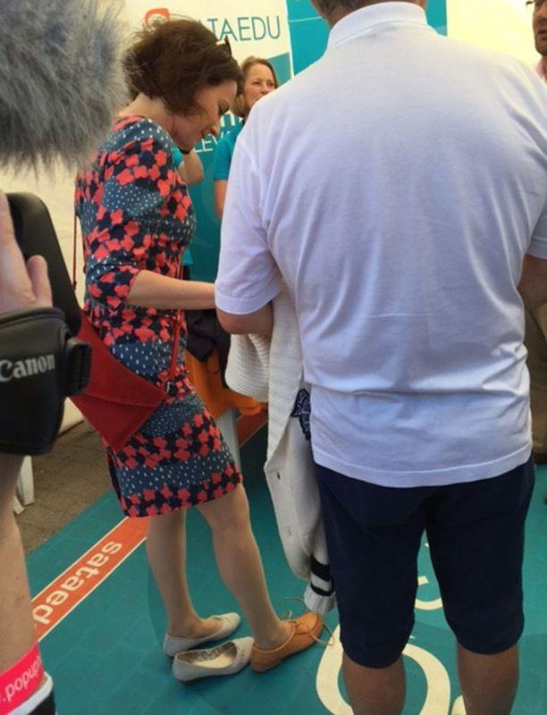 Jenni Haukio sovitti lahjaksi saamiaan kenkiä.