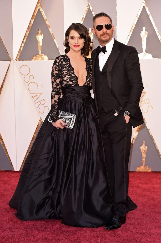 Näyttelijä Tom Hardy nähtiin pilottilaseissa punaisella matolla. Vierellä upean iltapuvun valinnut vaimo Charlotte Riley.