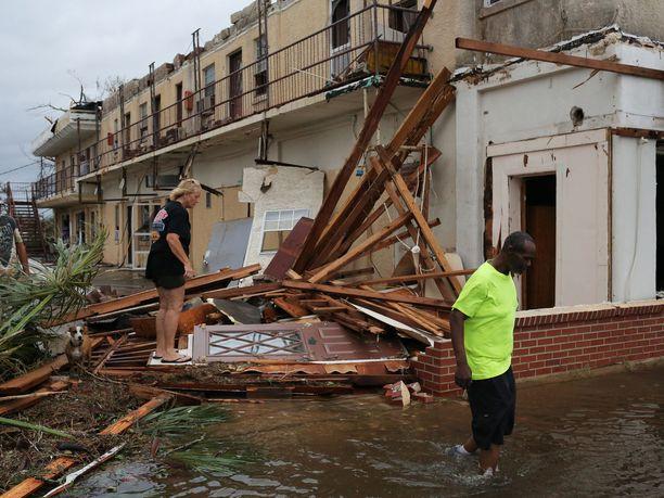 Ihmiset kävelivät pirstaleiden ja tulvavesien keskellä Panama Cityssa.