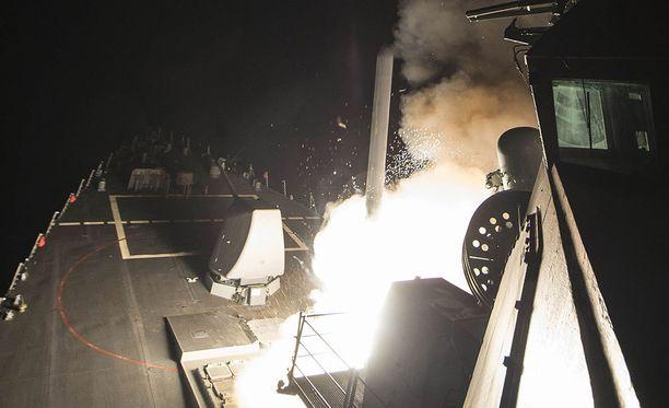 USA laukaisi 59 Tomahawk-risteilyohjusta Syyrian lentotukikohtaa vastaan viime yönä.