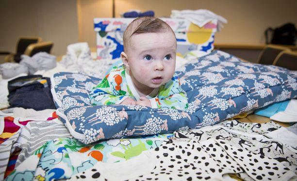 Luca poseeraa äitiyspakkauksen rakastetuimman tuotteen, makuupussin, päällä.
