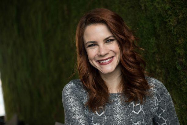 Courney Hope esittää Kauniit ja rohkeat -sarjassa nuorta Sally Spectraa.